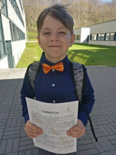 Eelkooli tunnistusega, uhke nägu ees